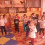 Децата пеят и танцуват в групата